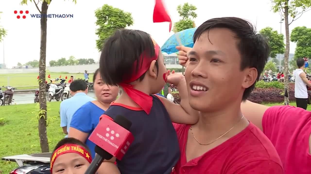 Gia đình đưa con nhỏ đón Olympic Việt Nam: