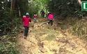 Các thầy cô trèo đèo, băng rừng đi vận động học sinh trong rừng sâu