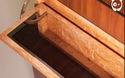 Chiếc bàn gỗ chứa đầy bí mật