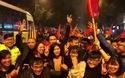 Diễn viên Việt Anh xuống phố ăn mừng chiến thắng sau trận Việt Nam thắng Iraq