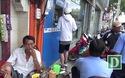 Dân Sài Gòn kiễng chân rút tiền ở ATM bị đập tam cấp