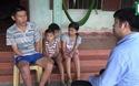 Rớt nước mắt cô bé lớp 7 oằn mình thay mẹ chăm bố gặp nạn, nuôi hai em thơ