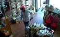 Camera của cửa hàng ghi lại hành vi lừa đảo của các đối tượng lừa lấy tiền thối trong khi chưa đưa tiền mua hàng cho nhân viên
