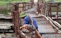 Cầu phao qua sông Đáy tròng trành mỗi khi xe qua