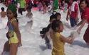 Hàng ngàn trẻ em khám phá bể bơi bọt mịn lớn nhất Việt Nam