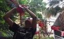 Nghệ nhân Nguyễn Thị Tuyến hướng dẫn các bạn trẻ làm đồ chơi truyền thống