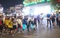 Bạn trẻ cầm chảo chạy bộ và chạy kiểu Naruto trên phố đi bộ Hà Nội (Video: Nguyễn Anh Tuấn)