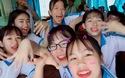 """Nhóm bạn Huyền Trang với phiên bản chào kiểu """"zero9"""" trong trang phục học sinh"""