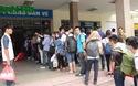 Người dân xếp hàng mua vé, chen nhau lên xe khách về quê nghỉ lễ