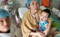 Anh Hoàng và chị Trà ôm con không rời sau khi cháu phẫu thuật tim xong bị biến chứng não