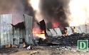 Xưởng phế liệu bốc cháy, khói đen bốc cao hàng trăm mét