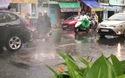 """Hiện tượng lạ: """"Nhạc nước"""" trong mưa lớn ở TPHCM"""