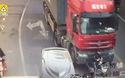 Người đi xe đạp điện thoát chết thần kỳ dù bị xe tải chạy qua người