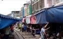 Chợ đường sắt Maeklong (Thái Lan)