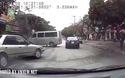 Thanh niên đi xe máy tự gây tai nạn vì phóng nhanh phanh gấp để tránh ô tô sang đường
