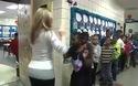 Cô giáo có cách chào thú vị với các học sinh đến lớp mỗi ngày