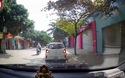 Tài xế mở cửa xe bất cẩn khiến cô gái đi xe đạp ngã xuống đường