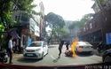 Xe máy đang chạy trên đường bỗng nhiên bốc cháy ngùn ngụt