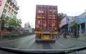 Người đi xe máy thoát chết thần kỳ khi bị ngã ngay sát bánh xe container đang chạy