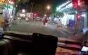 Dù đã bật đèn xi-nhan từ lúc chờ đèn đỏ, ô tô vẫn bị xe SH va phải, và còn bị người đi xe SH tung chân đạp bể đèn xe
