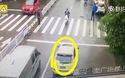 Tài xế dùng xe chặn đường, giúp cụ bà sang đường