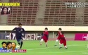 Hài hước trận đấu bóng giữa 3 cầu thủ chuyên nghiệp với... 100 học sinh tiểu học