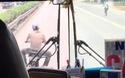 Nam thanh niên không mũ bảo hiểm lạng lách, thách thức trước mũi xe buýt khiến nhiều người bức xúc