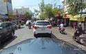 Người phụ nữ đi xe máy cúi đầu cám ơn khi được xe ô tô nhường đường
