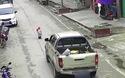 Em bé may mắn thoát chết khi bất ngờ lao ra đường trước mũi xe ô tô