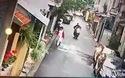 Hai tên trộm chó giật phăng chú chó đang được chủ dắt đi dạo giữa ban ngày tại Hà Nội