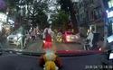 Người đàn ông cúi đầu cám ơn khi được ô tô nhường đường