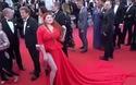 Người mẫu gặp tai nạn hy hữu khi bị giẫm tuột váy trên thảm đỏ Liên hoan phim Cannes
