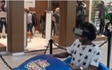 Phản ứng cực hài hước của chàng thanh niên khi chơi game mạo hiểm trên kính thực tế ảo