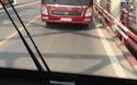 Xe khách bị ép chạy lùi khi đi vào đường ngược chiều trong giờ cao điểm