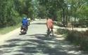 Mất kiểm soát, người đàn ông lao cả xe đạp xuống mương ven đường
