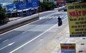 Suýt gặp tai nạn vì qua đường không quan sát