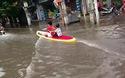 Người dân mang thuyền ra chơi... lướt sóng khi đường bị ngập lụt