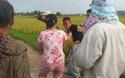 Dân vây bắt tên Bùi Sỹ Lương ngay trên cánh đồng gặt giao cho công an xã.