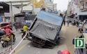 Xe chở rác sụp hố sâu trên đường