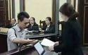 Nhân chứng Lữ Minh Nghĩa giao nộp cho tòa những bức thư viết trên nilong được cho là dùng để thông cung.