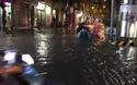 Nhiều đường phố ngập nặng sau trận mưa lớn chiều muộn ngày 12/8