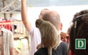 Du khách thích thú vui đùa với khỉ trên đảo Cát Dứa