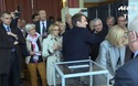 Ông Emmanuel Macron và vợ đi bỏ phiếu bầu cử tổng thống Pháp
