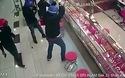 Video kẻ cướp đập phá tiệm vàng nhưng bất thành.