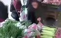 Video nữ trộm móc túi giữa đường.