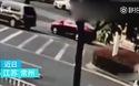 Em bé 10 tháng tuổi văng ra khỏi ô tô đang băng băng chạy trên đường
