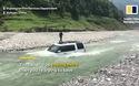 Lao ô tô xuống sông để rửa xe cho tiết kiệm, anh chàng suýt bị lũ cuốn trôi