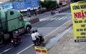 Sang đường thiếu quan sát, người phụ nữ đi xe máy lao vào xe công-ten-nơ