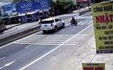 Sang đường không quan sát, xe máy suýt bị ô tô tông