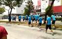 Olympic Việt Nam đi bộ qua đường giữa trời nắng